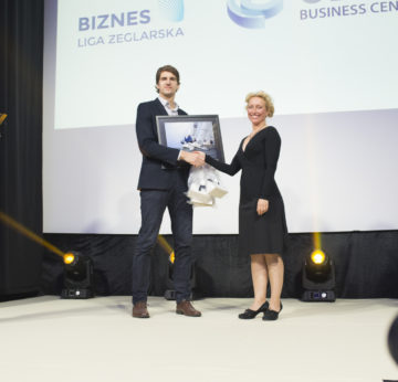 Wręczenie nagrody ufundowanej przez ArcheoSouvenirs dla drużyny OliviaBusinessCenter podczas Sopot Wave